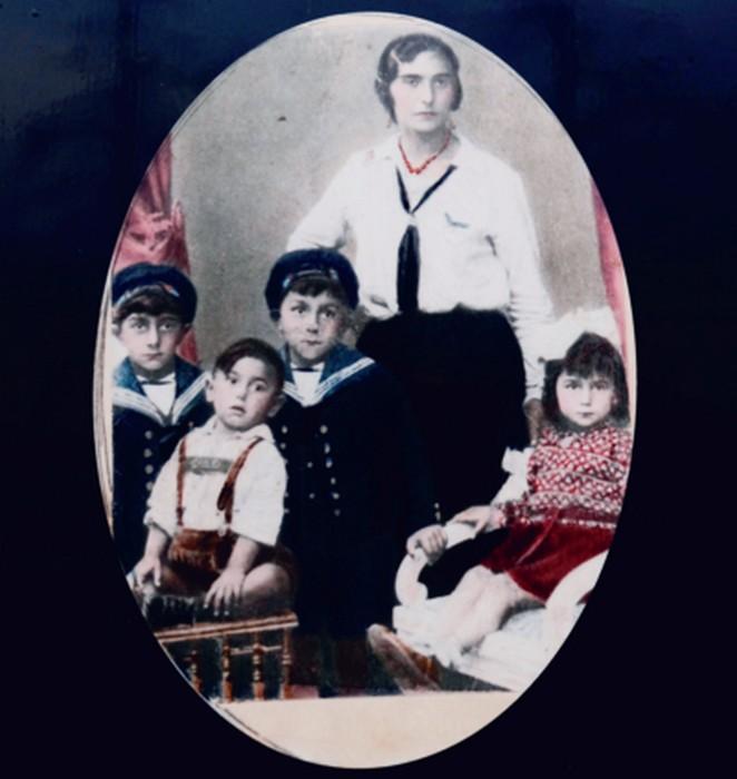 Отто Розенберг с братьями, матерью и сестрой. / Фото: www.verwobenegeschichten.de