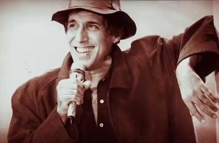 Адриано Челентано поёт песню «Сюзанна».