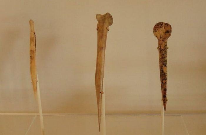 Кости в качестве инструментов.