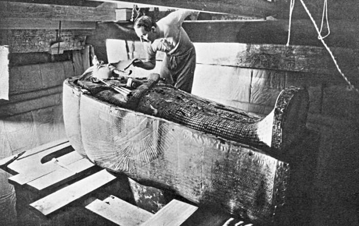 Говард Картер исследует саркофаг.
