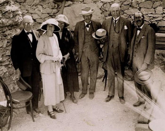 Говард Картер и участники его экспедиции.