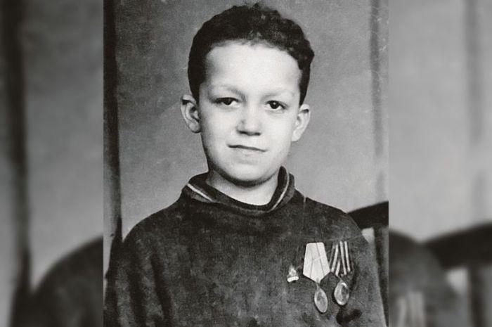 Иосиф Кобзон, Краматорск, Украина, 1940-е годы.