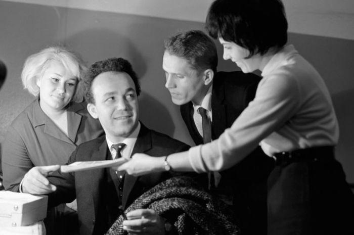 Иосиф Кобзон с поклонниками. 1967 год.
