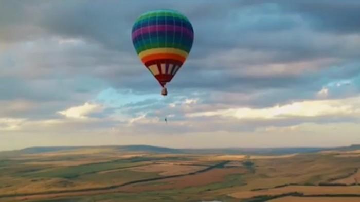 На воздушном шаре под небесами.