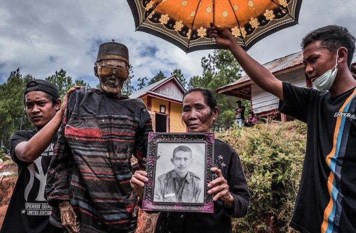 Семейный портрет: Нет, дедушка не исхудал, он просто умер.