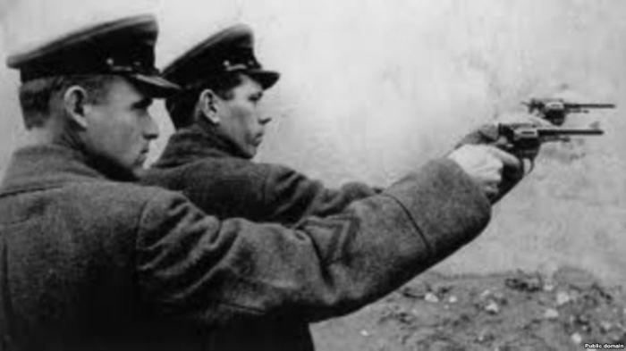Двое из расстрельного отряда НКВД.