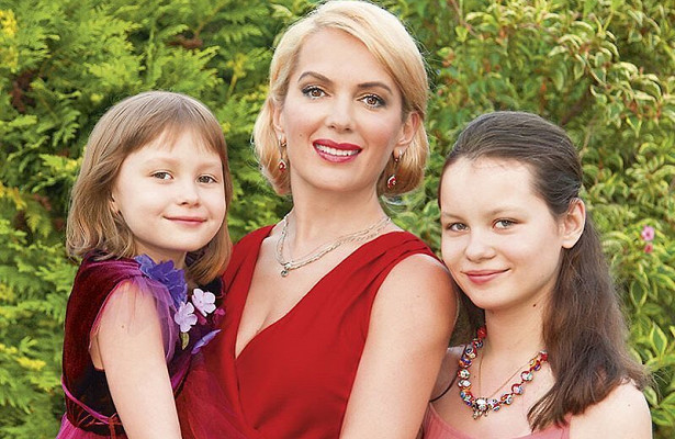 Мария Порошина со средними дочерьми.
