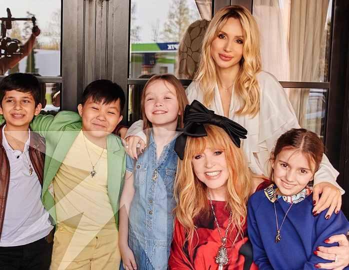 Алла Пугачёва, Светлана Лобона и дети из шоу Голос.