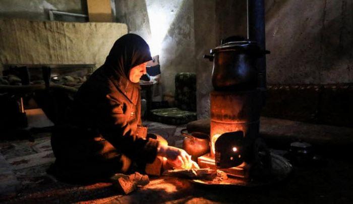 Сирийская женщина в своём доме.