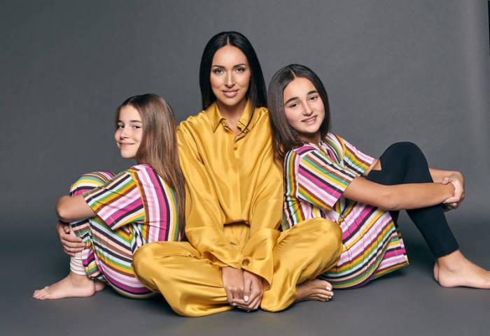 Алсу с дочерями.