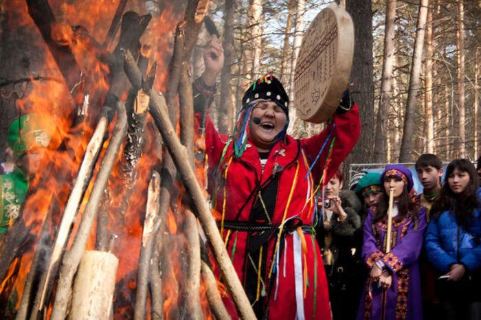 Алтайцы - прародители тюрков, которые и сегодня кормят огонь и завязывают ленты на деревья