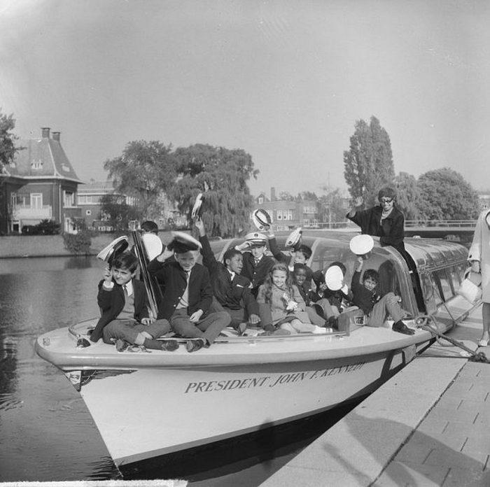 Бейкер с десятью приемными детьми, 1964.