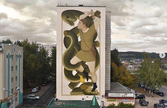 Батыр, сражающийся со змеем. Граффити на одном из зданий в Татарстане.