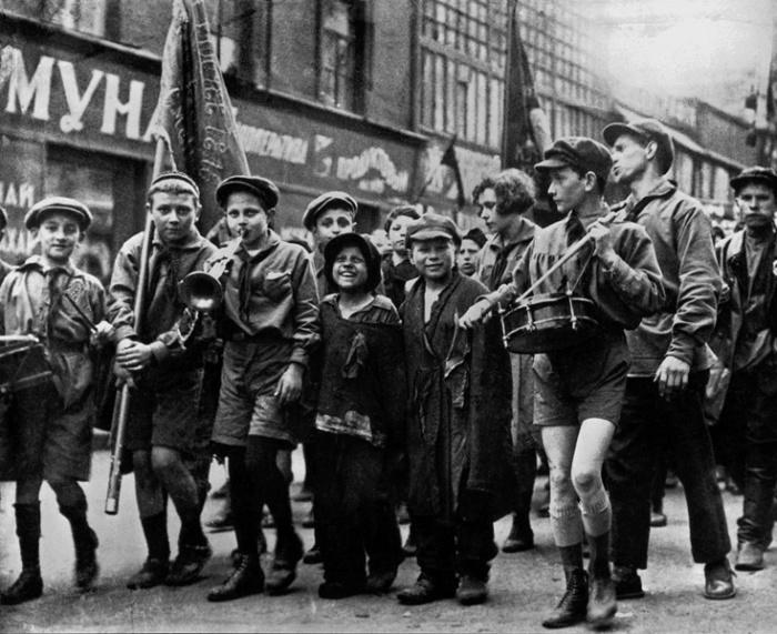 Беспризорники и пионеры на первомайской демонстрации, 1927