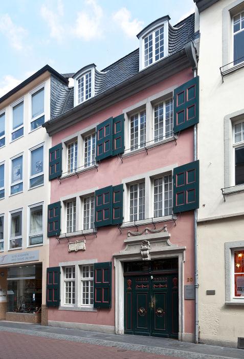 Дом, где родился Бетховен, по адресу Боннгассе 20, ныне это музей Бетховена.