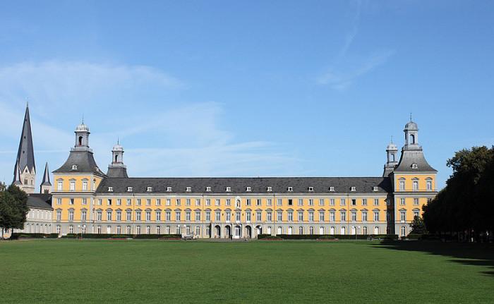 Дворец принца-курфюрста (Kurfürstliches Schloss) в Бонне, где жила семья Бетховена с 1730-х годов