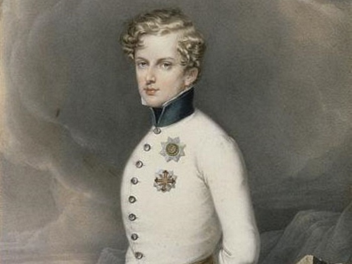 Наполеон II <br /> — сын Бонапарта.» title=»Наполеон II <br /> — сын Бонапарта.» border=»0″ vspace=»5″></div> <p>Наполеон II<br />— сын Бонапарта.</p> <p></center><br /> <br />Наполеон II не сделал ничего плохого, пытаясь справиться с гигантским наследством его отца, Наполеона Бонапарта (он же Наполеон I), но его жизнь закончилась очень рано, и он так и не оправдал потенциальных ожиданий, возложенных на него. Его отец был, возможно, самым выдающимся лидером во французской истории и стал первым императором Франции. Учитывая, сколько сражений он выиграл во время наполеоновских войн, Наполеона Бонапарта до сих пор уважают за его военную тактику, а также за то, что при нем Первая Французская империя стала одной из величайших стран в мире. Рождение сына Наполеона было отпраздновано в Париже салютом из 100 пушек. Однако после того, как Наполеон проиграл битву при Ватерлоо, он был изгнан и отрекся от престола в пользу своего молодого сына. Однако юридически Наполеон II так и не стал императором и в итоге умер в возрасте 21 года в 1832 году от туберкулеза, не оставив наследника.</p> <h2>3. Эдуард VIII<br /></h2> <p><center readability=