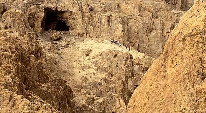 Одна из загадочных пещер близ Кумрана.