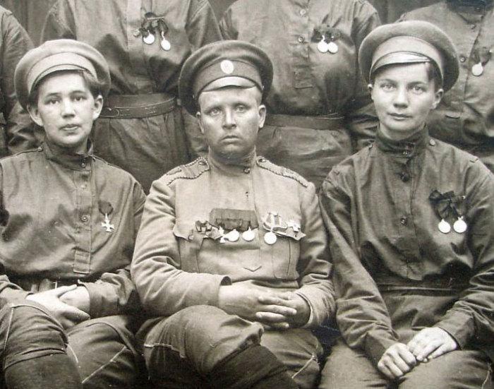 Мария Леонтьевна Бочкарева (на фото в центре).