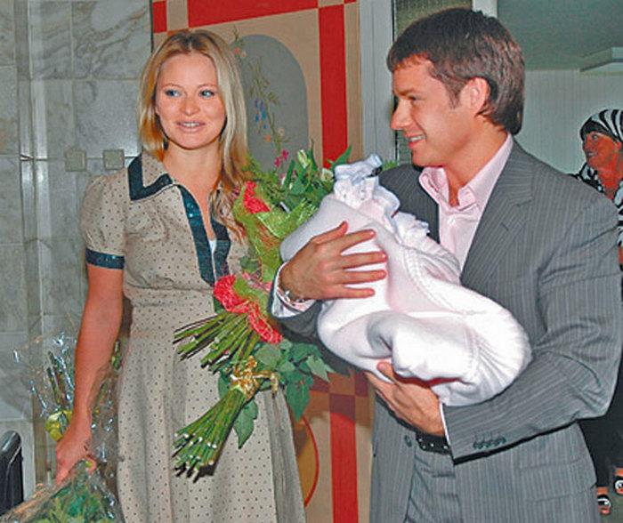 Дана Борисова и Максим Аксенов с дочерью. / Фото: www.restsnames.info