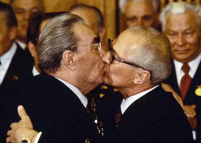 Поцелуи Брежнева.