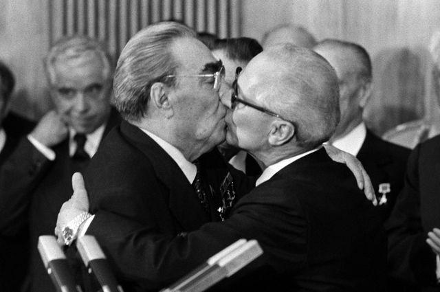 «Тройной Брежнев» - два поцелуя в щёки и контрольный - в губы.