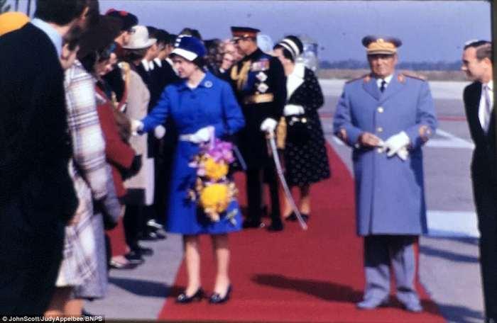 Елизавета II встречается с Тито.