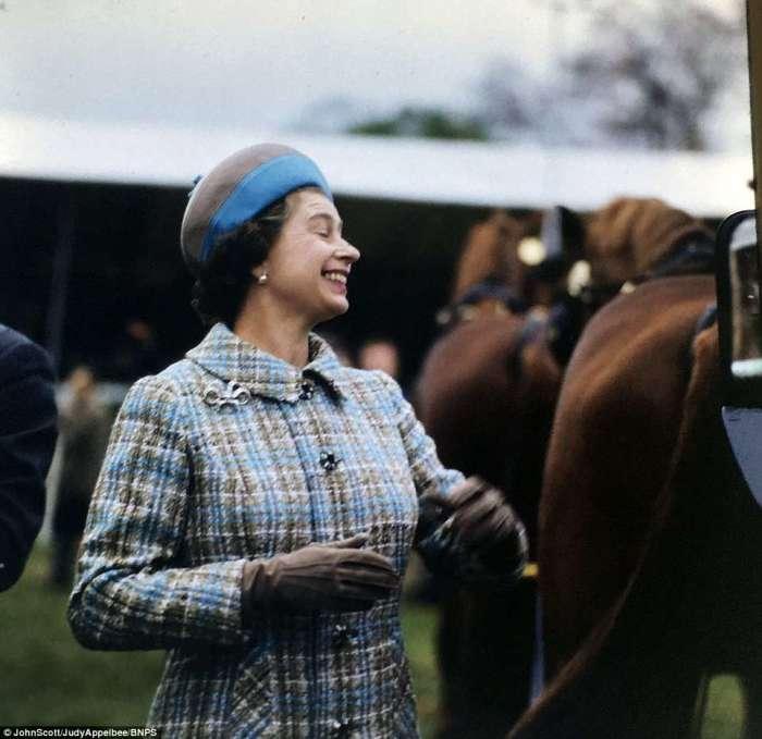 Улыбающаяся королева в Балморале в начале 1950-х годов.