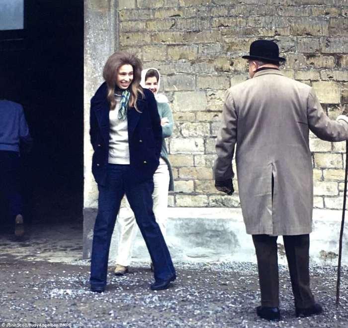 Принцесса Анна в джинсах и галстуке. Они были в моде в 1970-х.