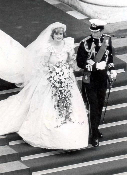 В 1981 году Диана выходила замуж за принца Чарльза с роскошным букетом, в котором был мирт.