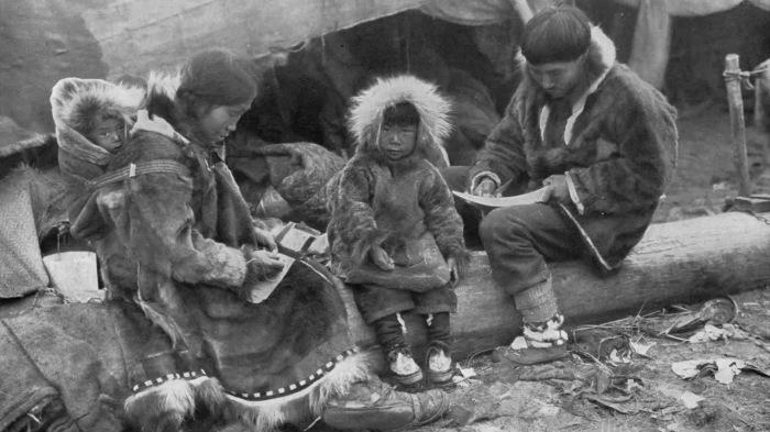 Мама, папа, я - аборигены Чукотки около чума.