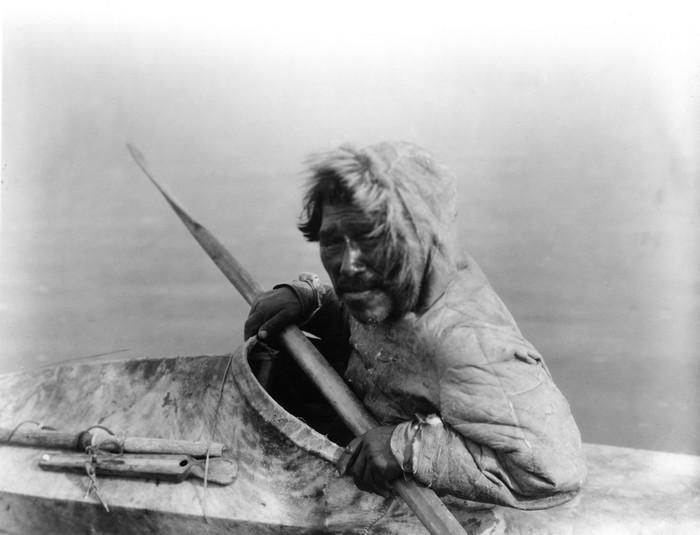 Чукча в традиционнной лодке.
