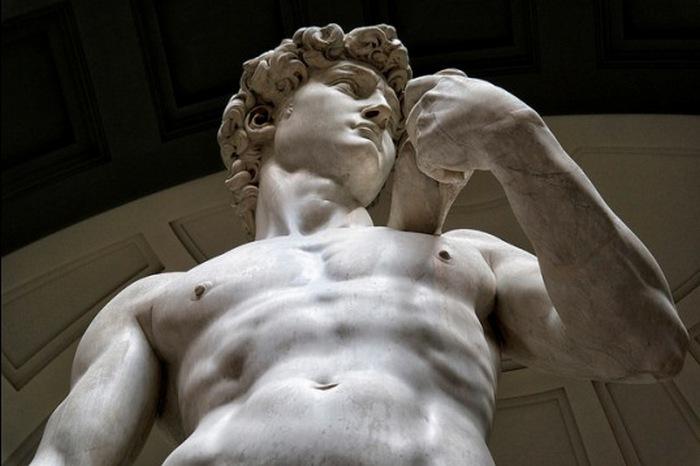 Статуя Давида, вырезанная Микеланджело, на площади Синьории во Флоренции