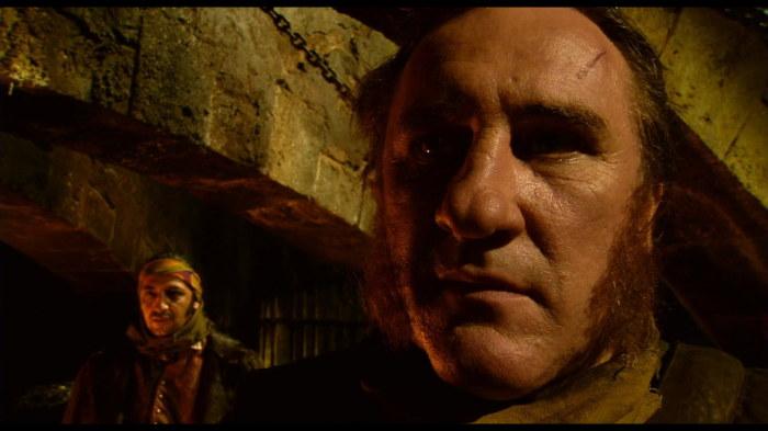 Депардье, сыгравший Эдмона Дантеса в сериале *Монте-Кристо*, позже сыграл и Видока. У самого актёра тоже есть криминальное прошлое.