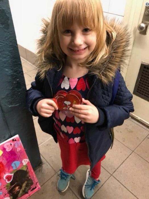 5-летняя Стелла на перроне в подземке.