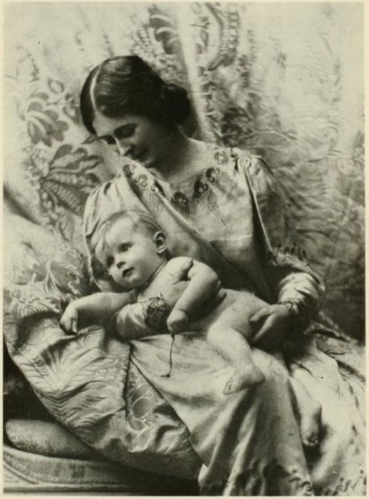 Айседора Дункан с новорожденной дочерью.