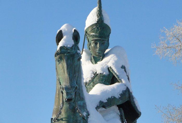 Фрагмент памятника кавалерист-девице Надежде Дуровой, установленного в Елабуге.