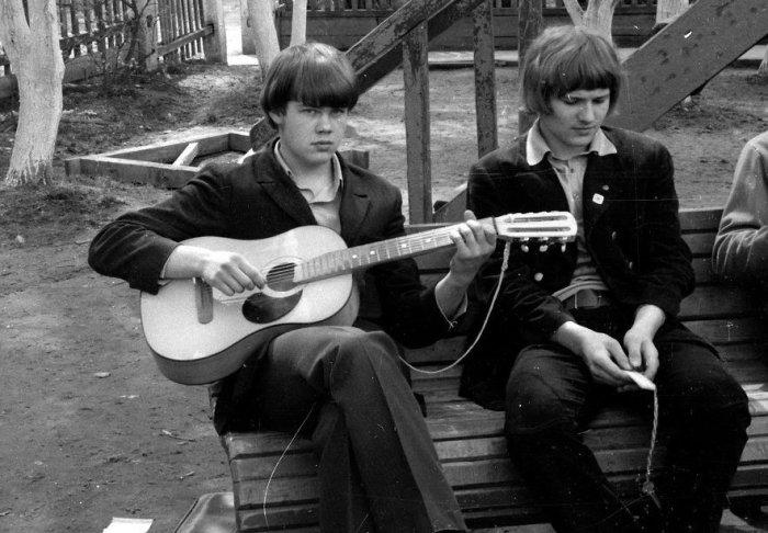 Во дворе с гитарой.