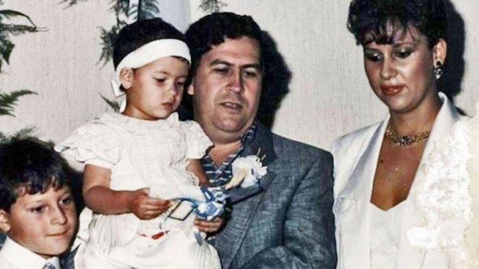 Пабло Эскобар в кругу семьи.