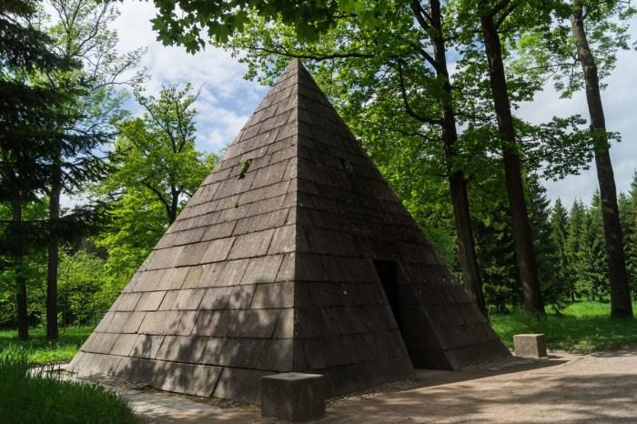 Пирамида в Екатерининском парке.
