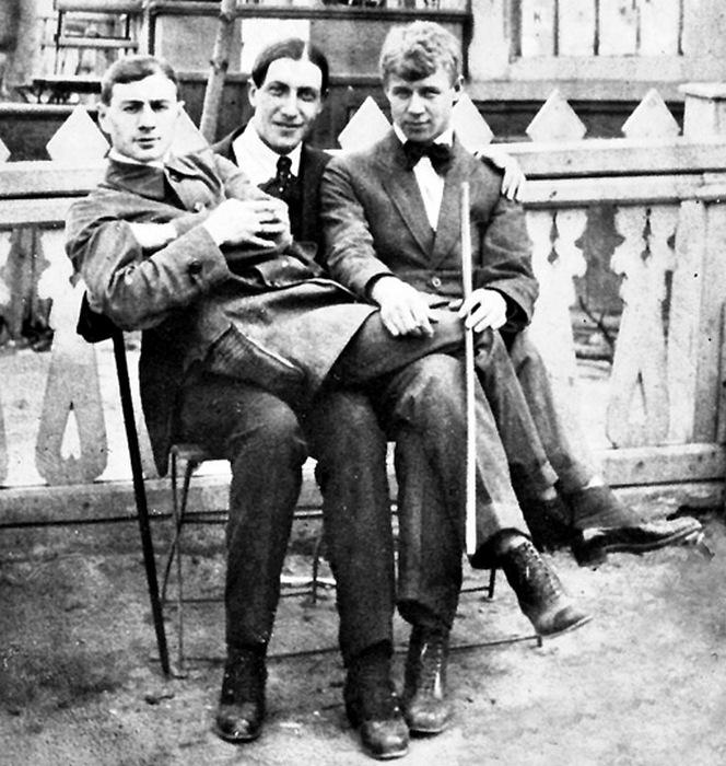 Сергей Есенин с поэтами Анатолием Мариенгофом и Александром Кусиковым.