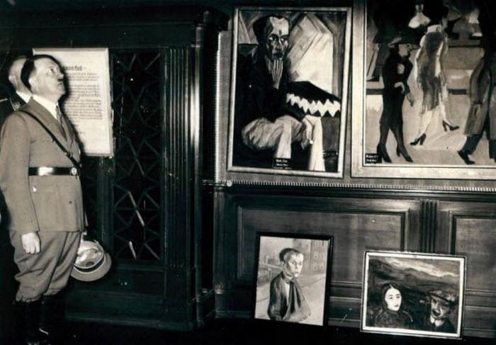 Гитлер на выставке «Дегенеративное искусство».