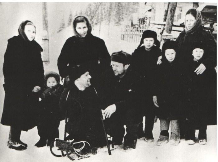 Евсей Якимов (на переднем плане) с родными.