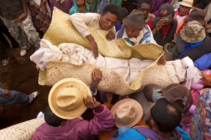 Cтранные ритуалы со всего мира, связанные со смертью и похоронами.