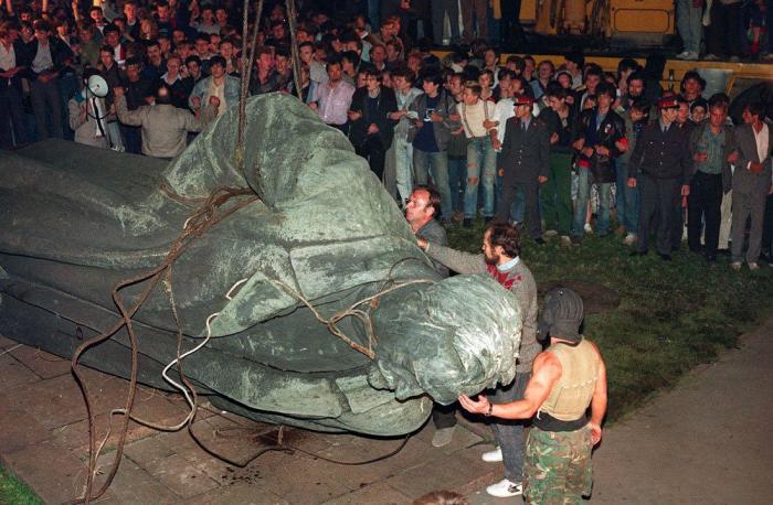 Снос памятника Феликсу Дзержинскому в Москве.