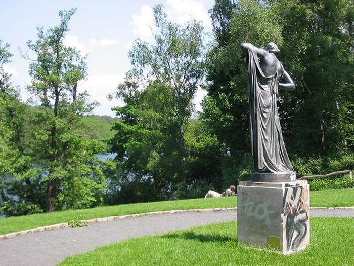 Статуя Фрины в парке Пауль-Эрнст в Берлине