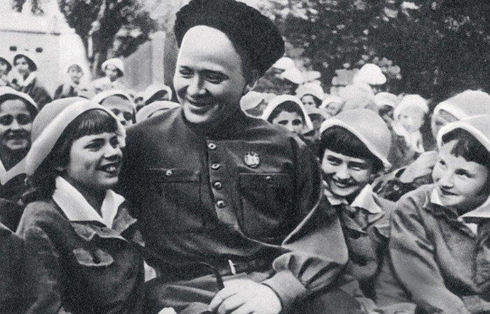 Аркадий Гайдар с детьми.