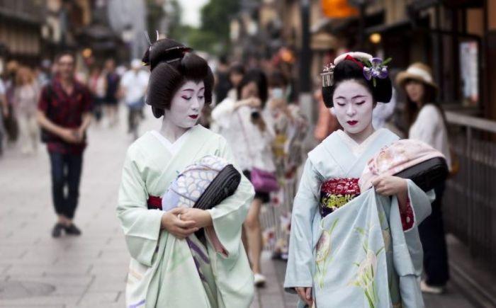 Гейши на улице Киото.