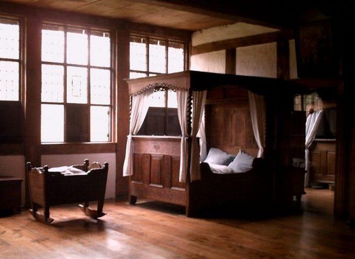 Средневековая кровать.
