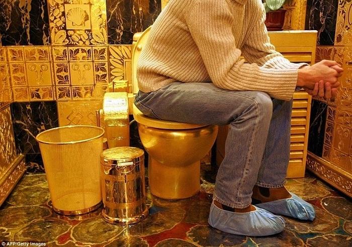 Посидеть на золотом унитазе было много желающих.